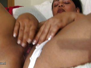 Chunky latin mama montando un consolador de goma