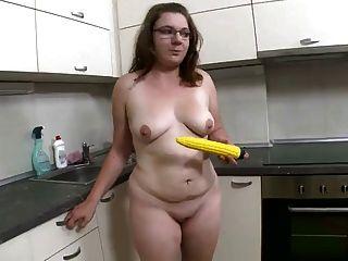 Nerd agradable rechoncho y su juguete amarillo