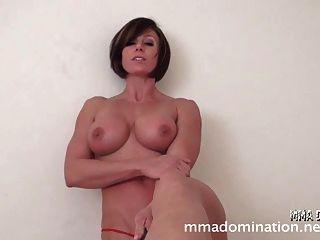 Musculatura chica sexy vs guy footfetish humillation
