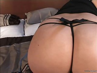 Rubia tetona europea milf jugando en la cama con sus grandes tetas