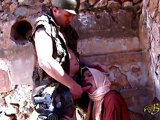Esta es una beurette pompe le soldat avant de se faire baiser