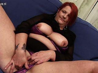 Perv abuelita relleno su culo y coño