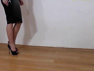 Látex negro, tacones y piernas parte 2