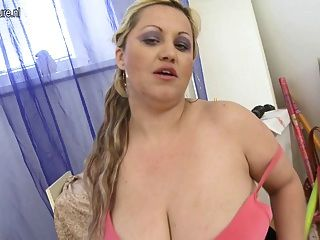 Enorme mamada breasted jugando con su coño mojado