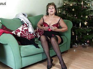 Abuelita en lencería sexy hambrienta de mierda