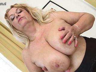Madre madura con grandes tetas y coño hambriento