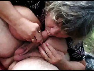 Pareja de más edad con el sexo al aire libre adolescente travieso
