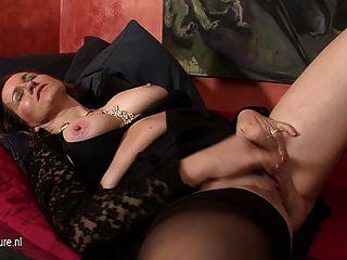 Kinky ama de casa jugando con un enorme consolador