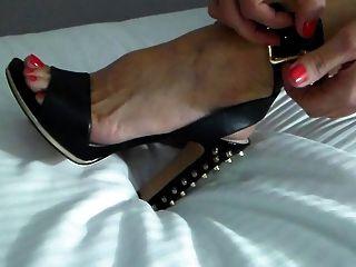 Swinger esposa pone los zapatos para una noche de fiesta!