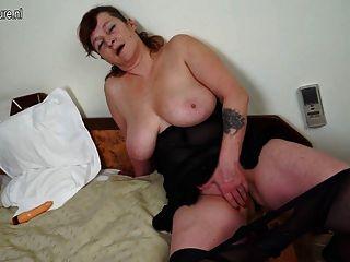 Abuela con grandes tetas y juguete grande
