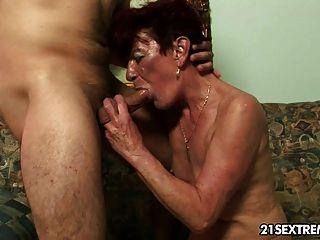 Vieja abuelita angela golpeó duro por el joven