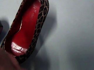 Shoejob y cumshot en zapatos mi jefe en la oficina