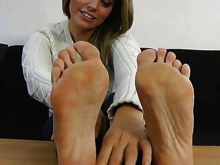 Izzy muestra sus pies sexy
