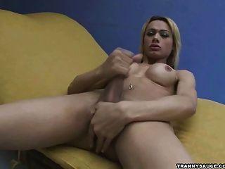 Transexual rubia puta sacudiendo su carne para la cámara