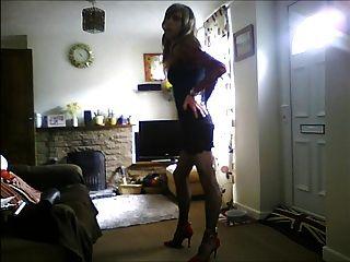 Crossdresser en vestido negro atractivo