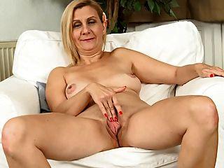 La señora madura se masturba lentamente