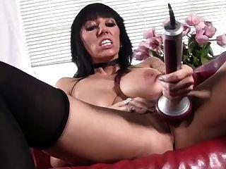 Ama de casa usa juguete sexual