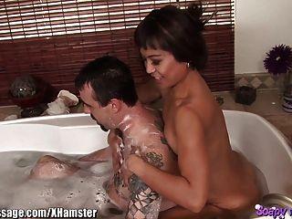 Baño de masajista asiático y mamada