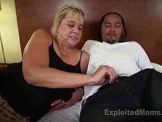 Slutty rubia abuela se enciende por hablar sucio