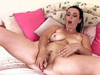 Madura se masturba lentamente 2