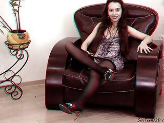 Adolescente se extiende en un sofá 3d porno