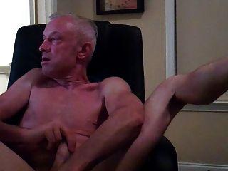 Papá masturbándose en silla de ordenador