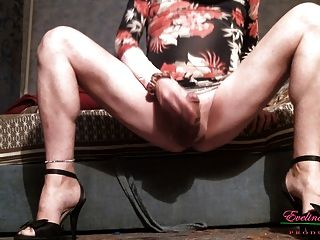 Acariciando las piernas desnudas del clítoris