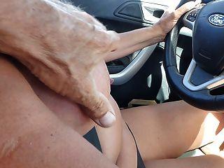 Nue en voiture