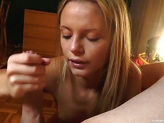 Amateur mostrando sus habilidades de mamada