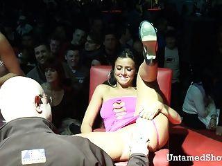 Slutty stripper va salvaje en el show de sexo