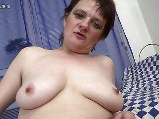 Aficionado de la vieja madre todavía ama a masturbarse