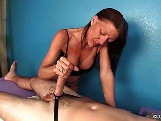 Travieso madura masajista handjob