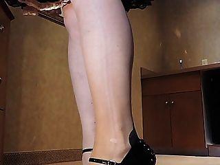 Sissy ray en rosa sissy vestido sexy talones en la cocina