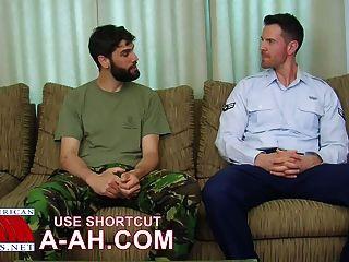 Soldado británico obtiene el golpe golpeando por soldado americano