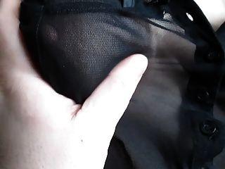 Tocando sus tetas en una blusa de ver a través