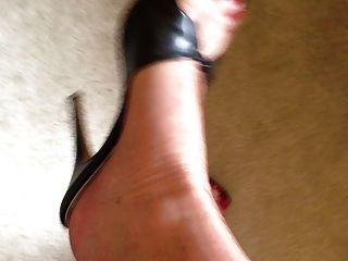 Mis pies en medias y tacones