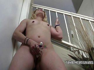 MILF cachonda MILF lisa está golpeando su culo dulce con un consolador