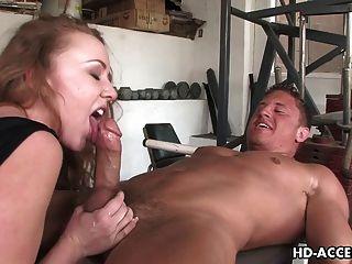 Sexy pelirroja da una buena mamada