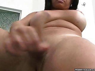 Morena tranny babe jugando con ella misma