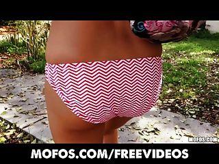 Mofos aficionados nueva chica extiende sus labios rosados