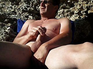 Masturbándose en la playa desnuda