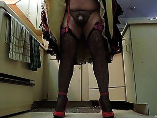 Sissy ray en negro falda rizada en la cocina (gallo closeup)