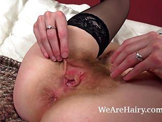 Peluda chica josselyn masturbándose con consolador elegante
