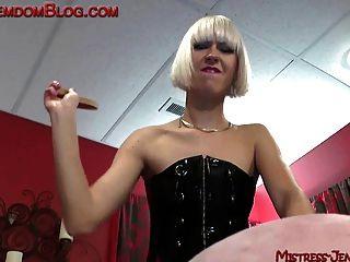 Rubia brutal femdom castiga esclavo masculino