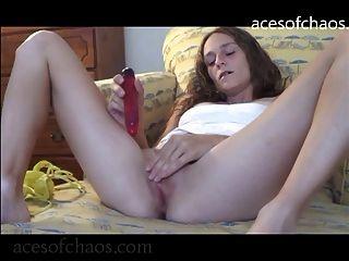 Hailey jodiéndose al orgasmo con un consolador púrpura