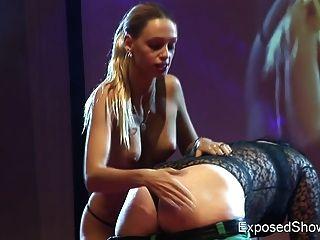 Caliente rubia jugando con su hembra en el escenario