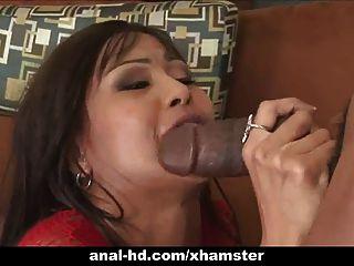 Caliente asiática puta en trío con anal y doble penetración