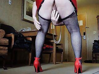 Ray rayada en minifalda roja y medias de red negro