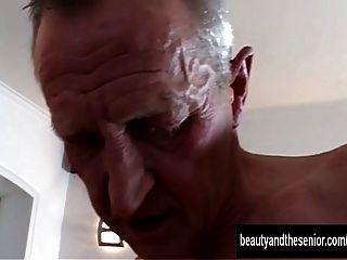 Adolescente bronceado es follado por un viejo tipo