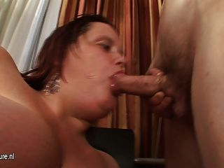 Madre grande titted chupar su culo